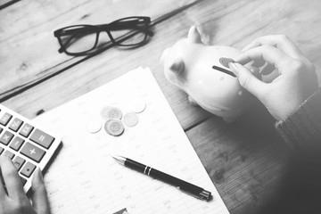 Sparschwein auf Schreibtisch